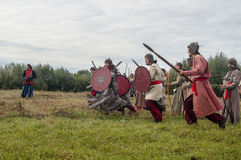 närdu spelar leken skapar strider av detTatar oket i den Kaluga regionen av Ryssland på 10 September 2016 på nytt Royaltyfria Bilder