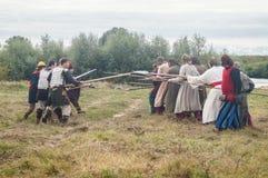 närdu spelar leken skapar strider av detTatar oket i den Kaluga regionen av Ryssland på 10 September 2016 på nytt Arkivfoto