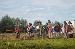 närdu spelar leken skapar strider av detTatar oket i den Kaluga regionen av Ryssland på 10 September 2016 på nytt Arkivbild
