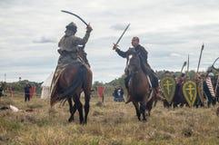 närdu spelar leken skapar strider av detTatar oket i den Kaluga regionen av Ryssland på 10 September 2016 på nytt Arkivfoton