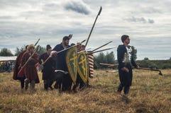 närdu spelar leken skapar strider av detTatar oket i den Kaluga regionen av Ryssland på 10 September 2016 på nytt Fotografering för Bildbyråer