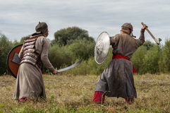 närdu spelar leken skapar strider av detTatar oket i den Kaluga regionen av Ryssland på 10 September 2016 på nytt Arkivbilder