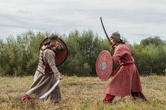 närdu spelar leken skapar strider av detTatar oket i den Kaluga regionen av Ryssland på 10 September 2016 på nytt Royaltyfria Foton