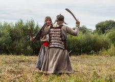 närdu spelar leken skapar strider av detTatar oket i den Kaluga regionen av Ryssland på 10 September 2016 på nytt Royaltyfri Foto