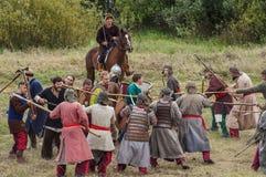 närdu spelar leken skapar strider av detTatar oket i den Kaluga regionen av Ryssland på 10 September 2016 på nytt Royaltyfri Fotografi