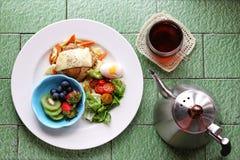 Näring balanserad frukostmåluppsättning royaltyfri foto