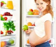 Näring och bantar under havandeskap bär fruktt gravid kvinna Royaltyfria Bilder