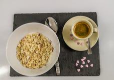 Näringsrik frukost av havremjölet med frukt med varmt svart kaffe Royaltyfri Foto