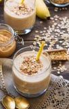 Näringsrik smoothie med bananen, havreflingor och jordnötsmör Arkivbilder