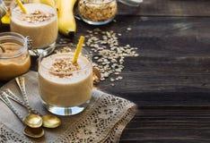 Näringsrik smoothie med bananen, havreflingor och jordnötsmör Arkivfoto