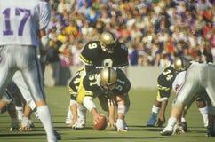 Närkamp om bollenlinje under leken för West Point militärhögskolafotboll, West Point, NY arkivbilder