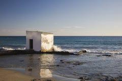 Närliggande gammalt hus havet Arkivfoton