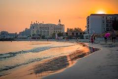 Närliggande hotell för sandig strand och fem-stjärna härlig solnedgång Royaltyfri Fotografi