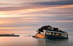 närliggande rostad sjunken havsship för kust Arkivbilder