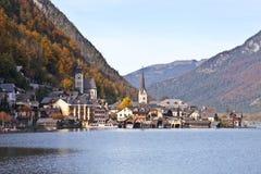 Närliggande sjö för Hallstatt stad i höst Royaltyfria Bilder