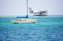 Närliggande yakht för sjöburen sjöflygplanlandningsbana Fotografering för Bildbyråer