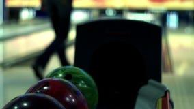 närmande sig stift för bollbowlinglek Bowlingklotlögn på ställning arkivfilmer