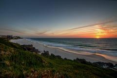 närmande sig strandcottesloesolnedgång Royaltyfri Fotografi