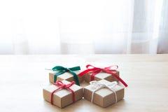 4 närvarande askar på den wood tabellen, julgåvor Royaltyfria Bilder