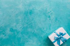 Närvarande belöning för ferie för bakgrund för blått för gåvaask Royaltyfria Foton