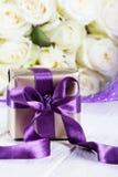Närvarande gåvaask steg blommor och gåvaasken med bandet på ligh Royaltyfria Foton