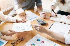 Närvarande tid för yrkesmässig aktieägare och för finansiellt möte Barn arkivbilder