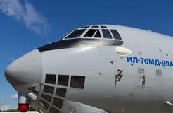 Näsa av flygplan för last Il-76, blå himmel med vita moln Royaltyfri Bild