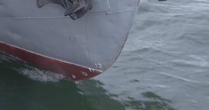Näsan av skeppet är nära övre Havseyeliner eller lastfartyg som fixas med ett rep eller förtöjas till en hamnhytt Yacht`en s lager videofilmer