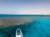 Näsan, framdelen av den vita yachten, fartyget, skeppanseendet på pimpeln, parkering som ankrar i havet, havet med blått arkivbild