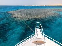 Näsan, framdelen av den vita yachten, fartyget, skeppanseendet på pimpeln, parkering som ankrar i havet, havet med blått fotografering för bildbyråer