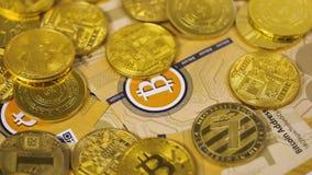 Nästa Digital Bitcoin metallmynt bland verkliga modeller arkivfilmer