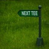 Nästa fält för golf för riktning för utslagsplatsteckenpil Royaltyfria Bilder
