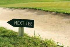Nästa fält för golf för utslagsplatsteckenpil Royaltyfria Bilder