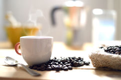 Nästa kaffesäck för kopp kaffe royaltyfri fotografi
