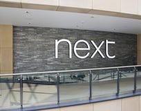 Nästa kläder shoppar logo förbi shoppar därefter Royaltyfria Foton
