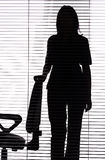 nästa silhouette för blind stol som plattforer till kvinnan arkivbild