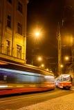 Nästa spårvagn på nattgatan Fotografering för Bildbyråer
