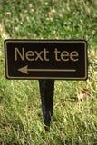 Nästa utslagsplatstecken på golfbana Arkivbilder