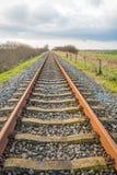 Nästan ändlös rak railtrack arkivbilder
