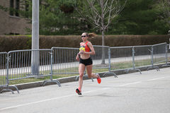 Nästan 30000 löpare deltog i den Boston maraton på April 17, 2017 i Boston Royaltyfria Bilder