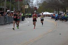 Nästan 30000 löpare deltog i den Boston maraton på April 17, 2017 i Boston Arkivbilder