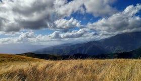 Nästan molnen på de Tuscan kullarna Royaltyfri Bild