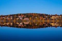 Nästan perfekt reflexion på den finlandssvenska sjön Arkivfoton