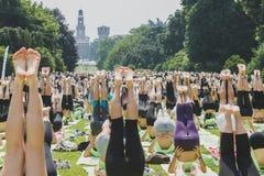 Nästan 2000 personer tar en fri kollektiv yogagrupp i en stad parkerar i Milan, Italien Royaltyfri Bild