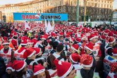 Nästan 10,000 Santas tar delen i den Babbo springen i Milan, Italien Royaltyfri Fotografi