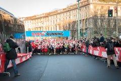 Nästan 10,000 Santas tar delen i den Babbo springen i Milan, Italien Arkivfoton