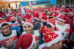 Nästan 10,000 Santas tar delen i den Babbo springen i Milan, Italien Arkivfoto