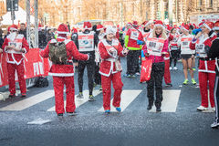 Nästan 10,000 Santas tar delen i den Babbo springen i Milan, Italien Royaltyfri Bild
