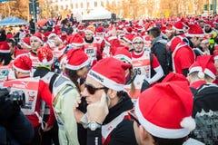 Nästan 10,000 Santas tar delen i den Babbo springen i Milan, Italien Royaltyfria Foton