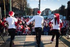 Nästan 10,000 Santas tar delen i den Babbo springen i Milan, Italien Fotografering för Bildbyråer